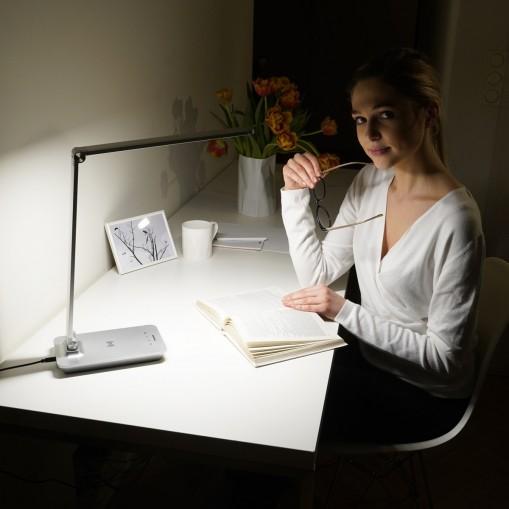 Lampa biurkowa z bezprzewodową ładowarką